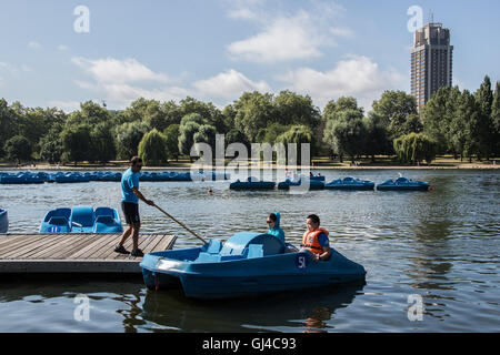 London, UK. 12. August 2016. Touristen nehmen ein Tretboot auf der Serpentine im Hyde Park in London Credit: Roger - Stockfoto