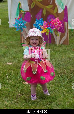 Burley, Hampshire, UK. 13. August 2016. Junges Mädchen gekleidet als Fee hält Zauberstab Stock an der New Forest - Stockfoto