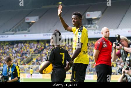 Dortmund, Deutschland. 13. August 2016. Dortmunder Ousmane Dembele zu Fuß ins Stadion während der Teampräsentation - Stockfoto