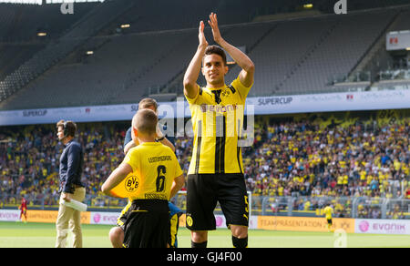 Dortmund, Deutschland. 13. August 2016. Dortmunder Marc Bartra wandern ins Stadion während der Teampräsentation - Stockfoto
