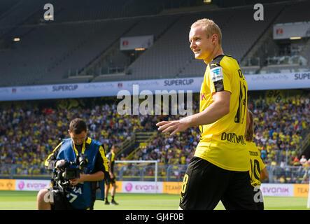 Dortmund, Deutschland. 13. August 2016. Der Dortmunder Sebastian Rode zu Fuß ins Stadion während der Teampräsentation - Stockfoto