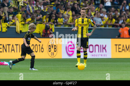 Dortmund, Deutschland. 13. August 2016. Dortmunder Marco Reus (r) in Aktion während der Teampräsentation von Borussia - Stockfoto