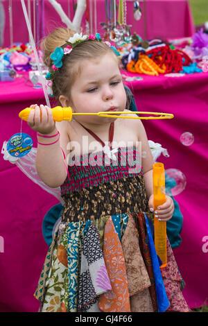 Burley, Hampshire, UK. 13. August 2016. Junges Mädchen gekleidet als Fee Seifenblasen in den New Forest Fairy Festival, - Stockfoto
