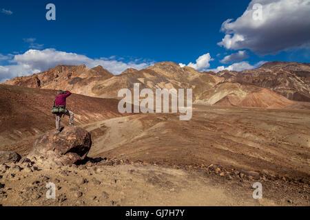 Man die Bilder von den vulkanischen sedimentären Hügeln in der Nähe von Palette des Künstlers, Death Valley Nationalpark, - Stockfoto