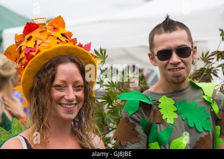 Burley, Hampshire, UK. 13. August 2016. Paar geschmückt in den Blättern an der New Forest Fairy Festival, Burley, - Stockfoto