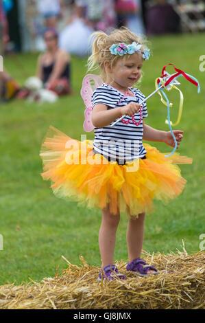 Burley, Hampshire, UK. 13. August 2016. Junges Mädchen gekleidet als Fee an der New Forest Fairy Festival, Burley, - Stockfoto