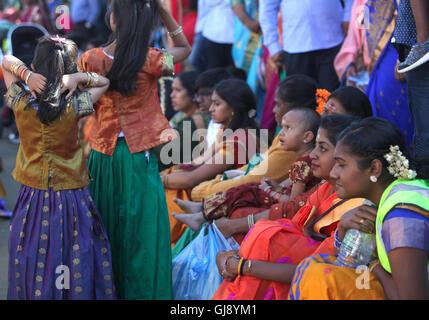 London, UK. 14. August 2016. nach dem Kavadi Attam-Wagen-Festival von der tamilischen hinduistischen Bevölkerung - Stockfoto