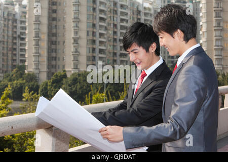 Junger Geschäftsmann vor Bürogebäude - Stockfoto