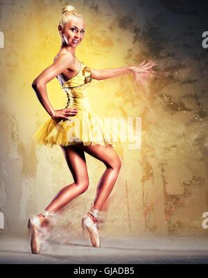 Schöne Ballerina in gelben Tutu auf Punkt - Stockfoto