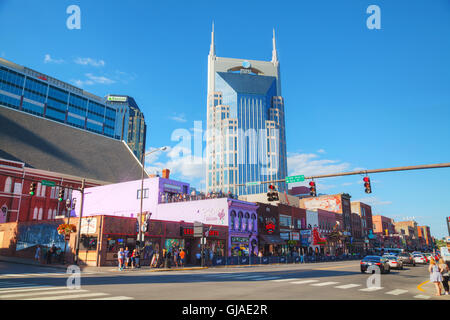 NASHVILLE - 28 AUGUST: Downtown Nashville mit Menschen am 28. August 2015 in Nashville, TN. - Stockfoto