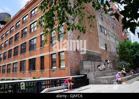 Touristen entspannen an der new york city High Line im Chelsea Gegend von Manhattan, New York City, NY, USA - Stockfoto