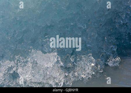 Die Rundung und Weichheit eines schmelzenden Eisberges ist sichtbar in dieser Nahaufnahme. - Stockfoto