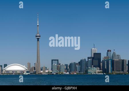 Im Stadtzentrum gelegenes Toronto - darunter das Rogers Centre, CN Tower und das Bankenviertel - im Frühsommer. - Stockfoto