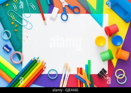 Multicolor Zusammensetzung von Schulmaterial mit leerem Papier in ...