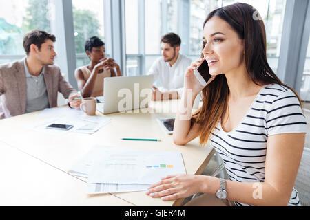Glücklich erfolgreichen jungen Frau reden über Handy auf Business-Meeting im Konferenzraum - Stockfoto