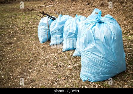Blaue Müllsäcke auf Boden - Stockfoto