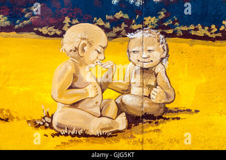 Detail der Graffiti Wandmalerei an der Berliner Mauer zeigt zwei im Alter von Babys, East Side Gallery, Friedrichshain, - Stockfoto
