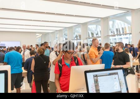 New York, USA. 16. August 2016. Apple-Enthusiasten und Besucher im neuen Apple Store in der Westfield Shopping Mall - Stockfoto