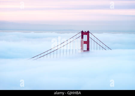 Golden Gate Bridge durch Nebel, San Francisco, Kalifornien, Amerika, USA - Stockfoto