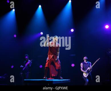 Adam Lambert durchführen auf der Bühne bei Eventim Apollo Hammersmith in London auf Donnerstag, 14. April 2016 (Fotos - Stockfoto