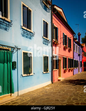 Die traditionelle bunten gestrichenen Häusern der Insel Burano. Venedig, Italien. - Stockfoto