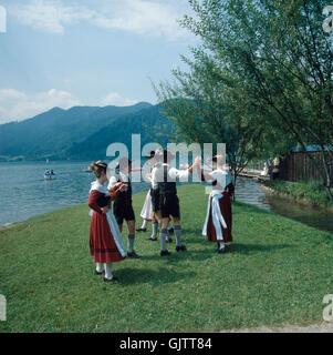 Oberbayern, Landkreis Miesbach, 1980er. Trachtenfest. Bayrischer Volkstanz - Schuhplattler - bin Schliersee. Oberbayern, - Stockfoto