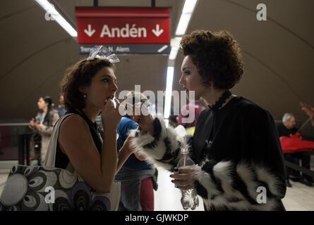 Buenos Aires, Argentinien. 17. August 2016. Die Sopranistin Julieta Schena (R) und die Schauspielerin Candelaria - Stockfoto