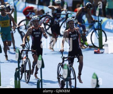 Rio De Janeiro, Brasilien. 18. August 2016. Alistair Brownlee (R) und Jonathan Brownlee aus Großbritannien konkurrieren - Stockfoto