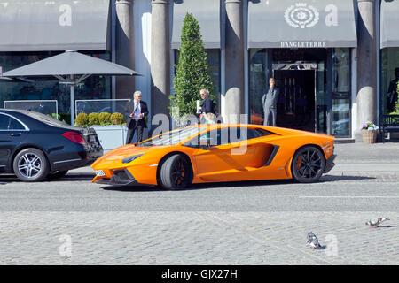Orange Lamborghini Aventador Coupé parallel geparkt vor dem Eingang zum Hotel d ' Angleterre in Kopenhagen. - Stockfoto