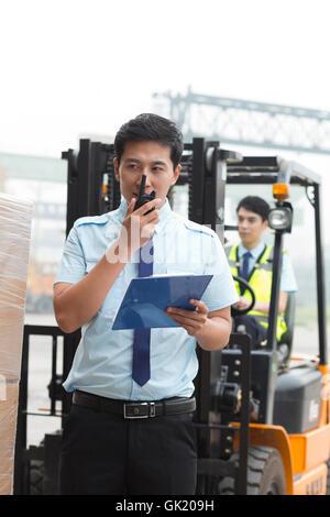 Logistik-Lager-Manager hält ein walkie-talkie - Stockfoto