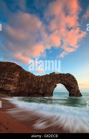 Durdle Door auf Dorset Jurassic Coast bei Sonnenuntergang aufgenommen. - Stockfoto