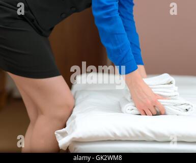 Zimmer-Service. Frau Handtuchwechsel im Hotelzimmer. - Stockfoto