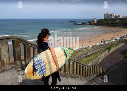 Surferin aus an den Strand in Biarritz, Frankreich - Stockfoto