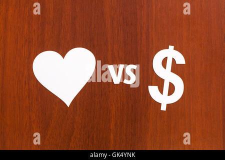 Liebe gegen Geld, Papier-Zeichen. Abstrakte Konzeptbild - Stockfoto