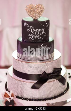 Schokolade Hochzeitstorte mit braunen Band verziert - Stockfoto
