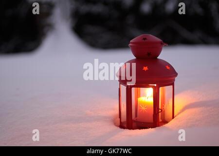 laterne im schnee mit weihnachtsdekoration auf holz hintergrund brennen stockfoto bild. Black Bedroom Furniture Sets. Home Design Ideas