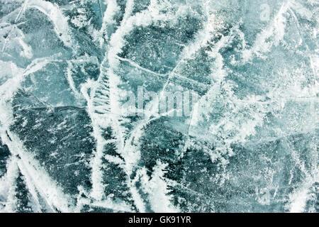 Das Muster der Risse auf dem blauen Eis des Baikalsees - Stockfoto