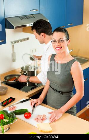 paar machen, gemeinsames Kochen in der Küche - Stockfoto