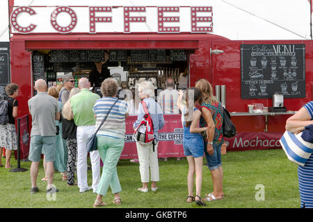 Menschen Warteschlangen für den Kaffee im Mobile Coffee Shop, Southport Flower Show, 2016. Merseyside, UK - Stockfoto