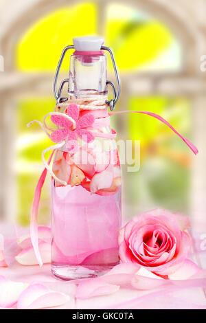 Rosenöl für die Aroma-Therapie - Stockfoto