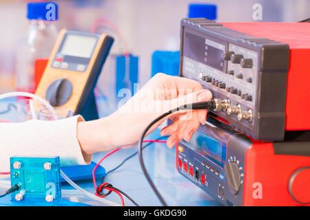 Wissenschaftlerin mit Wasserstoff-Brennstoffzelle im Labor - Stockfoto
