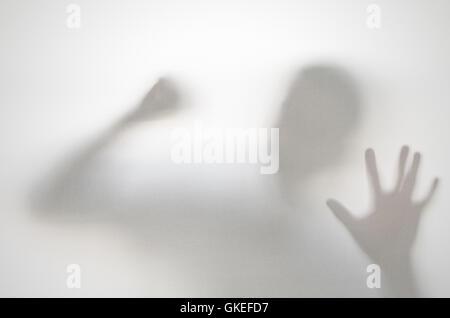 Gruselige Mann hinter Vorhang. Hände und verschwommen Menschenfigur Abstraktion. - Stockfoto