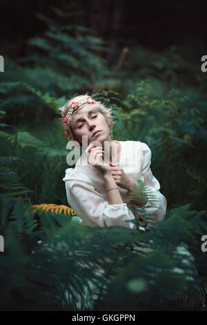 Schöne ätherischen junge Frau im geheimen Wald. Fantasy und Märchen - Stockfoto