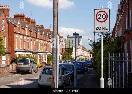 20 km/h-Zone in einer Wohnstraße mit Onstreet Parken im terrassenförmig angelegten Straßen in Großbritannien - Stockfoto