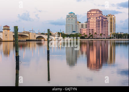 Zeigen Sie in der Morgendämmerung von Palm Beach von Phillips Point und Royal Park-Brücke in West Palm Beach, Florida - Stockfoto