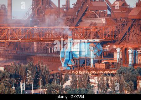 Industriebauten. Stahlwerk bei Sonnenuntergang. Rohre mit Rauch. Metallurgische Fabrik. Stahlwerke, Eisenhütte. - Stockfoto