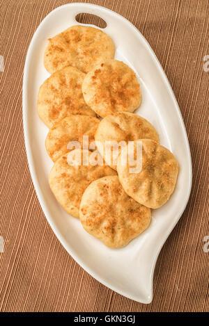 Vegane Butter und Zimt Cookies auf einem weißen Teller - Stockfoto
