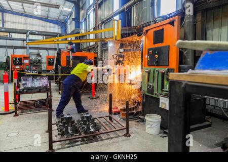 Arbeiter in Sicherheit zu tragen, Schleifen Metallteile für die weitere Verarbeitung, Herstellung von Komponenten - Stockfoto