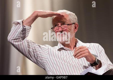 London, UK. 21. August 2016. Jeremy Corbyn im Gespräch mit Tausenden von Fans bei einer Jeremy Corbyn Führung Kundgebung - Stockfoto