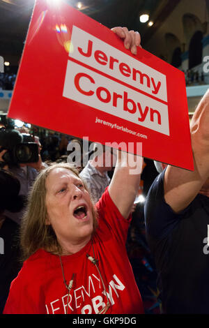 London, UK. 21. August 2016. Jeremy Corbyn Anhänger bei einer Jeremy Corbyn Führung Kundgebung am Ruach Stadtkirche - Stockfoto